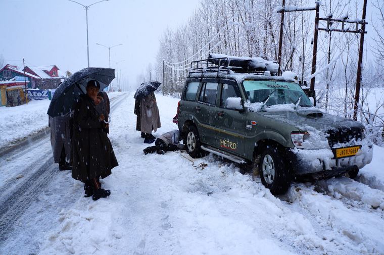 Attaching Kashmiri style 'snow rope-chains' after a near miss on the road up to Gulmarg | Matt Clark