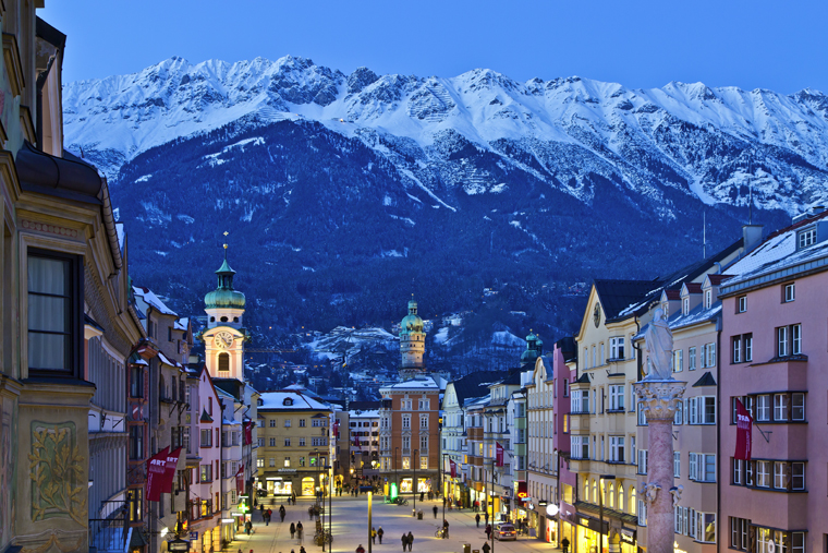 Innsbruck City Centre with the mountains of the Nordkette in the background | Innsbruck Tourismus/ Christof Lackner